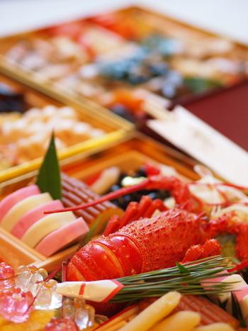 お正月には、ハレの日の食べ物としてお節料理やお雑煮をいただきます。美しく盛りつけた色とりどりの食材に、お祝いらしい華やかさを感じますよね。
