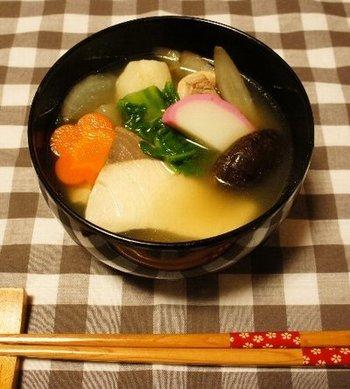 長崎のお雑煮にもブリが入ります。長崎のお雑煮は具材をたっぷりと入れて、ボリュームを出したものが多く、唐人菜という長崎白菜を入れるという特徴があります。長崎では、具材は7種から15種ほど奇数になるように入れるそうです。