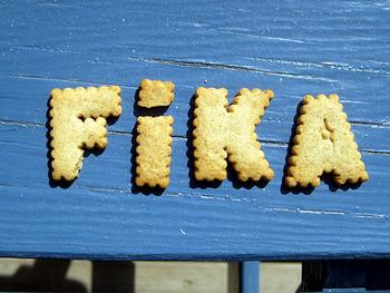 FIKA(フィーカ)とは、スウェーデン語で「お茶をする」といった意味があります。しかしその意味は幅広く、学校や職場などで午前10:00~と午後15:00~の時間帯に1回ずつ行われるFIKAは、コーヒーと焼き菓子を片手にくつろぐ短時間の休憩のことです。週末のFIKAの場合は、友人と一緒にコーヒーやお茶と焼き菓子をお供にカフェで話し込んだり、または友人を家に招いてのお茶会を指します。