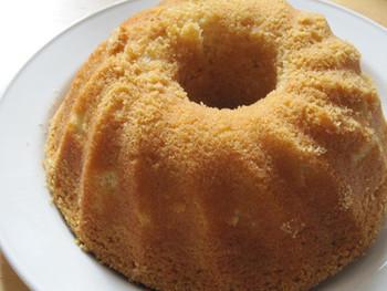 「ソッケル(Socker)」は「砂糖」、「カーカ(kaka)」は「ケーキ」という意味で直訳すると砂糖ケーキという、そのまんまな名前になってしまいますが、スポンジケーキやパウンドケーキにそっくりの素朴なケーキです。レシピによってシナモンやカルダモンを入れたり、ココアを入れてみたりとアレンジも楽しめるケーキです。