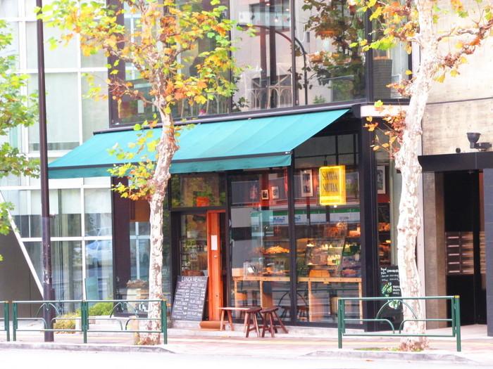 東京メトロ日比谷線の広尾駅から徒歩約5分。落ち着いたグリーンの屋根とガラス張りのおしゃれな外観が特徴のベーカリーカフェです。軽井沢で人気を博したパン屋さんが、東京にも満を持してオープンしました。
