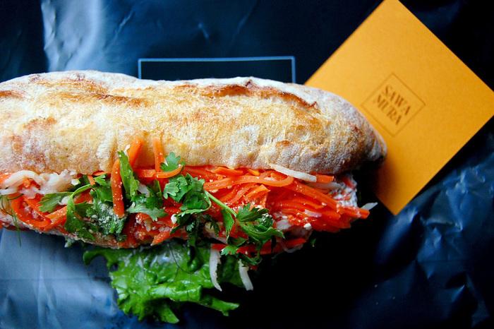 サンドイッチには具材がたっぷり。パンから小麦の味がしっかりと感じられるのは、20種ほどの国内外の粉をそれぞれのパンの個性に合わせて使い分け、低温で長時間発酵させるといった、美味しさを最大限に引き出すこだわりにありそう。