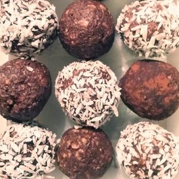 ココナッツがなければココアやシナモンなどをまぶしても◎。混ぜて丸めるだけなので思い立ったらすぐ作れるのも嬉しいですね。