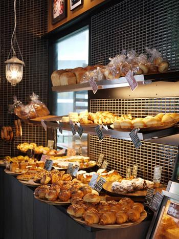 1階はベーカリー&カフェになっていて2階にレストランがあります。 色んな種類のパンが沢山並んでいて、どれを選ぶか悩んでしまいそうです。
