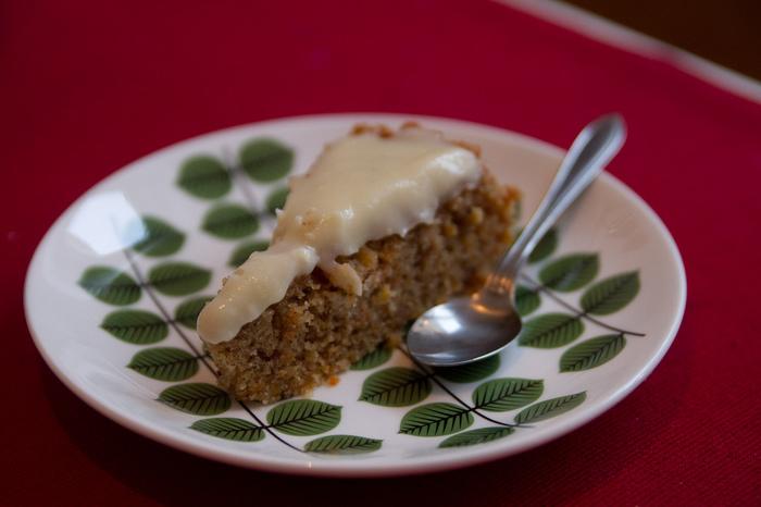 シンプルなケーキなので鮮やかな北欧食器との相性も抜群♪お気に入りの食器とコーヒー/ティーセットでお友達をお招きするのも◎