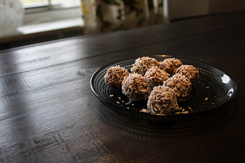 オーブン要らず!丸めるだけでいいチョコレートボールは、小さな子供でも作れるとスウェーデンでも人気のお菓子。丸めるのが上手くいかず、多少いびつな形になっても、最後にココナッツをまぶしてしまうのでぶきっちょさんでも大丈夫◎