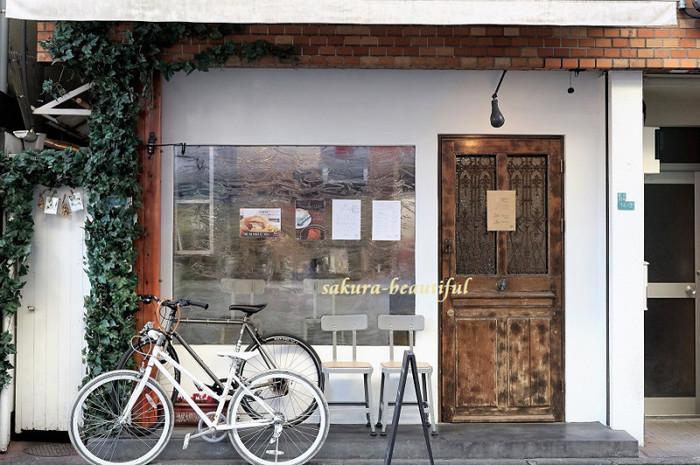 池尻大橋駅からすぐ、レンガと蔦、木製のドアが可愛らしい雰囲気のTOLO PAN TOKYO (トロパン トウキョウ)。