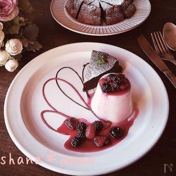 同じチョコレートでも、こちらはベリーソースがよく映えるホワイトチョコを使ったチョコプリン。スイーツはもちろんお皿まで華やかに飾るのもステキですね♪