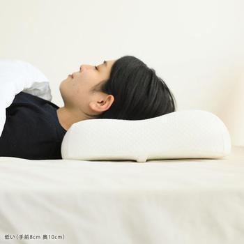 正しい姿勢で立っている状態が一番首に負担の少ない姿勢と言われています。仰向け姿勢でも、この首の位置をキープできるような枕を選ぶと体に負担が少ないとのこと。特にストレートネックの方は、横から見たときに頭が前に出過ぎず、自然な頚椎のカーブが保てる枕を選ぶ必要があります。  顔面が5度程度うつむいた状態がベストとのことですが、自分ではなかなか確認しづらいものですよね。専門店で試したり、後述のすぐできる枕の調節法を試してベストの枕の高さを探ってみましょう。