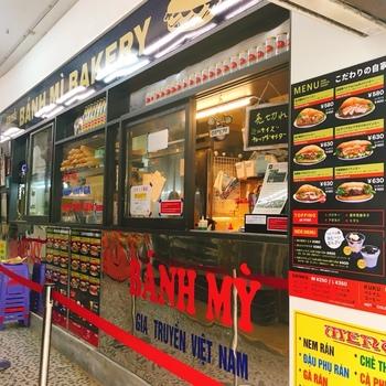 JR恵比寿駅から徒歩1分。古き良き商店街「えびすストア」の中にお店はあります。お店はテイクアウト専門店ですが、宅配もやっています。