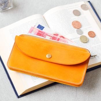 金運アップと言えば黄色のお財布です。お金の巡りが良くなるカラーとされていますが、エネルギッシュな黄色は出ていくお金も多いので散財型の人は要注意。貯蓄をするなら、安定の気を持つ深みがかった黄色を選びましょう。