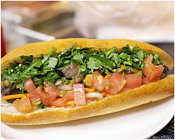 ヘルシーでレタス・ナス・ズッキーニ・パプリカなど約7種類お野菜たっぷりな「チョップドサラダバインミー」も人気です。他に揚げ豆腐を中心としたものもあり、お肉や魚が苦手な人でも安心して食べられます。