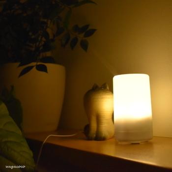"""ローズマリー×レモンと対象に、""""夜のアロマ""""として定番のブレンドがラベンダー×オレンジ。フローラルな香りのラベンダーに含まれる鎮静作用が質の良い睡眠を促し、同じくリラックス作用のある甘くフルーティな香りのオレンジを合わせることで更に相乗効果を期待できます。  アロマキャンドルやランプディフューザーと合わせて使用すれば間接照明代わりにもなり、睡眠前の極上なリラックスタイムに。  ◆その他のおすすめアロマ◆ カモミールローマン・マージョラムスイート・マンダリン・イランイラン・ローズ・ゼラニウム・ジャスミン"""