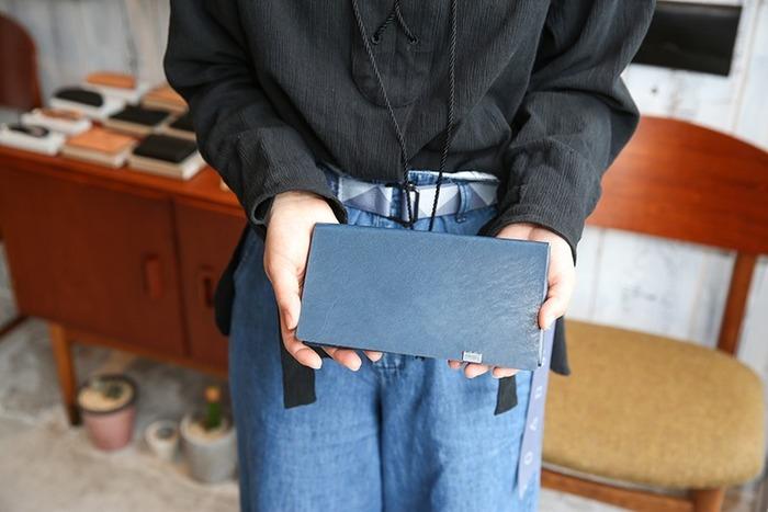 冠婚葬祭で使う袱紗(ふくさ)をモチーフにした革小物ブランドの「ショサ」。なめしのジャパン・レザーを使い、姫路のアトリエにて一点一点丁寧に仕上げられています。