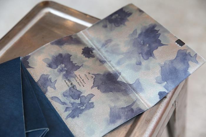 こちらは、絵画のモネ・睡蓮をモチーフとした箔を裏面に乗せたお財布。お財布を開くたびに美しいデザインが広がります。