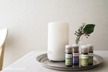 """「気分で選ぶアロマ」をご紹介しました。花の香り、樹脂の香り、ハーブの香り…アロマといってもその香りは本当に様々です。嗅覚は最も脳に直結する五感と言われているので、気分で香りを選べればその分気持ちも豊かに育っていくはず。 今日の気分にぴったりの香りを選んで、ココロを""""ふわっと""""させてみてくださいね。"""