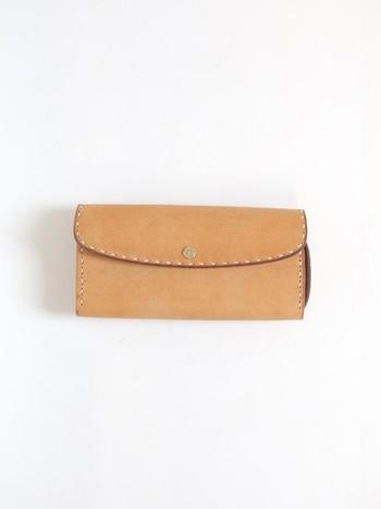 岡山を拠点に活動されているDove&Oliveのイタリアンカウレザーを使用した長財布。シンプルでありながら、手縫いならではの温かみのあるデザインが素敵です。