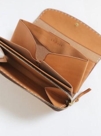 お札と小銭がたっぷりと入る収納力の高さも実用的なので、長く使えるお財布となってくれます。