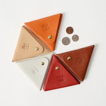 大人気のイタリアンレザーのブランドイルビゾンテのコインケースは、スマートな三角形フォルムが特徴的!