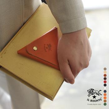 1枚革で贅沢に作られたコインケースは、全部で12色展開です。持ち歩くのが楽しくなるデザインです。