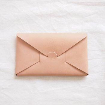 一枚の革を縫製せずに折り込んで組み立てたシンプルな長財布。ありそうでなかった斬新なアイデアが光るデザインです。