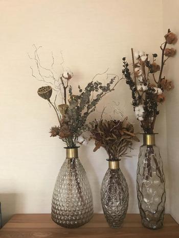 色々なドライフラワーとの相性も抜群。しっとりと落ち着いた色あいのドライフラワーにアンティーク風のガラス花器を合わせるとシックで上品な佇まいに。