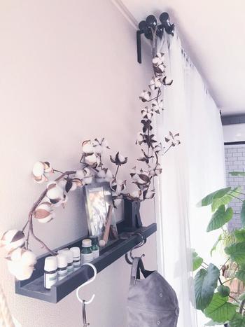 長さのある枝はガーランドのようにも使えそう。カーテンレールや壁、窓辺などに添えるだけで絵になりますね。