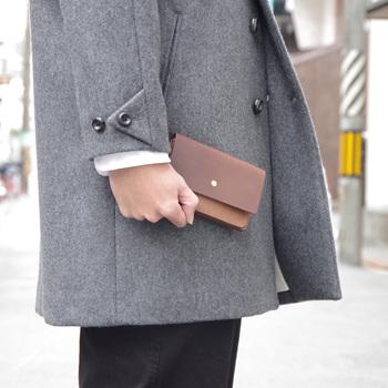 合成染料を使っていないので、革そのものが持つ香りや質感が楽しめます。高級感のあるお財布は、運気も高まりそうですね!