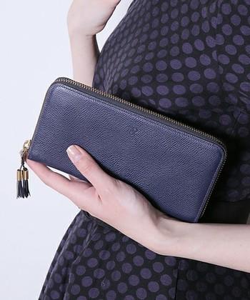 冷静、かつ判断力が身につくカラーとされているブルーのお財布は、不必要な浪費を抑える事ができます。ネイビーは、忠誠心や真面目さの象徴となるため、仕事での信頼度がアップするビジネス運アップの良いカラーです。