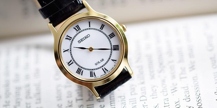 シンプルでクラシカルな文字盤と美しいゴールドの縁取りが上品な、SEIKO(セイコー)の腕時計。その上質な肌触りとつけ心地は、国内だけでなく海外でも高い人気を誇ります。