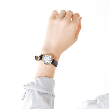 直径約2.5cmのやや小ぶりの大きさで、細めのレザーベルトが女性の手元を美しくみせます。電池交換が不要な点も、ソーラー時計の魅力です。