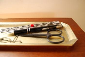 デスクの上を整理する為に文房具は置くのはもちろんですが、インテリアにも馴染む色合いなので腕時計や指輪などを休ませるスペースとしても活用できるのがいいですね。