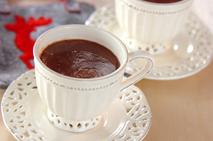 ホットチョコレート(ショコラショー)に紅茶を加えたアレンジレシピ。紅茶の香りが加わってリラックスタイムにもぴったり♪甘い物が苦手な彼にさりげないチョコレートの贈り物を。