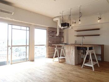 こちらはリビングダイニングとキッチンが一つの空間にまとまっているお部屋です。ウッドテイストとホワイトで統一された作りは、おしゃれなカフェのよう。人を招きたくなる雰囲気ですね☆