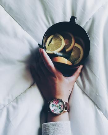 この詩からイメージしたドリンクは『ホットワイン』。デトックス効果の高い白ワインに、レモンやオレンジをたっぷり加えた香りの良いワインです。   わたしの人生はこのままでいいのかな?これからどんなふうに生きて行きたい?と、誰にでも人生について自問自答する時期はあると思います。そんなときは、温かなワインと背中を押してくれる詩で、頭も身体もデトックスしてみましょう。