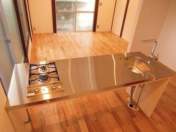 リビングを見渡すように設置されているのは、おしゃれなステンレスのキッチン。築48年のアパートを有名なデザイナーさんがリノベーションした物件で、通常のワンルームにはあまりない作りになっています。これなら料理を作りながら会話も弾みそうです。