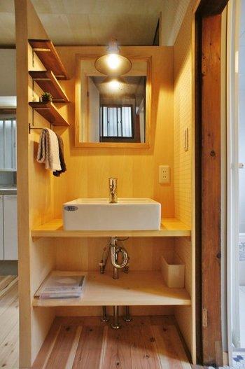 洗面所も木の温もりが感じられる素敵な空間です。デザイナーのこだわりが至る所から感じられますね☆