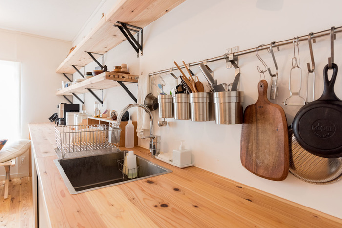 """キッチンの天板に使用されているのも""""杉""""。表面にはセラミック塗装が施されているので、濡れても安心です。棚の配置やディスプレイの仕方も素敵ですね!"""