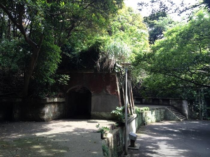 園内には、旧日本陸軍が明治10年代から20年代にかけて建設した砲台と弾薬庫跡がそのままの姿で残っています。