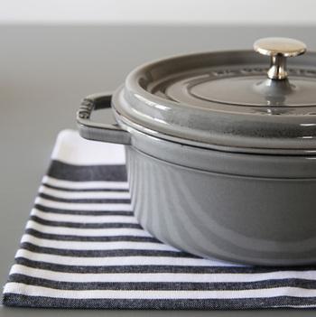 1974年にフランスで生まれた「staub(ストウブ)」のピコ・ココットは、プロも愛用している実力派のお鍋!食材から出た水分が蒸気となり、水滴となって食材に落ちることで料理がぐんと美味しくなります。直火はもちろん、IHやオーブンにも対応◎