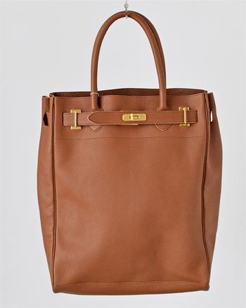 シンプルなバックが人気のsita parantica(シータパランティカ)のレザートートバッグ。マットな質感の丈夫なカウレザーを使用しており、バッグ上部をぐるりと囲むベルトとゴールドパーツのデザインが目を引きますね。