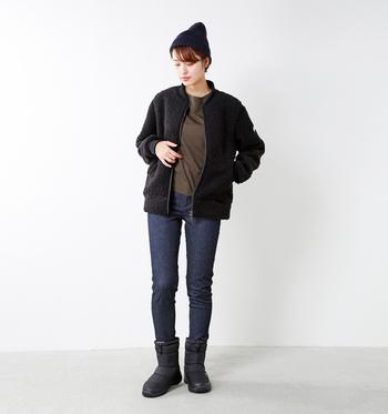 大きな特徴は、ダウンジャケットと同じ発想で保温性を備えていること。高機能素材の中綿を使用し、驚くほどの軽さと温かさを実現しています。