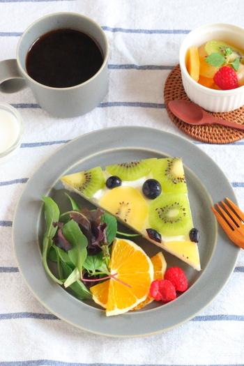 ホイップクリームとフルーツを使ったオープンサンドのレシピです。キレイにカットされたフルーツがモザイクのようでとっても可愛いですね♪食パンの上にフルーツがはみ出るように並べてから4辺をカットするのが綺麗に仕上がるコツ。