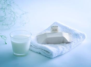 アーモンドとミルクと蜂蜜が配合されているので洗い上がりの肌もまるで絹のよう。ナチュラル志向のおしゃれさんにプレゼントしたい石鹸です。