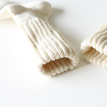 手つむぎ糸で編まれたソックスは、足を入れた瞬間ふわぁと優しい気持ちになれます。いつも優しく守ってくれるお母様に感謝をこめて贈られてみてはいかがでしょうか。