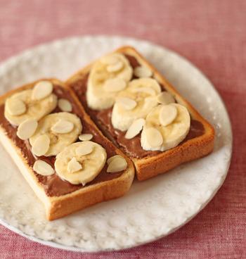 こちらは定番バナナ&チョコレートのオープンサンドです♪チョコレートはパンにのせてトースターで焼いて溶かしましょう。バナナの上にアーモンドスライスを散らせばとってもおしゃれな仕上がりに!