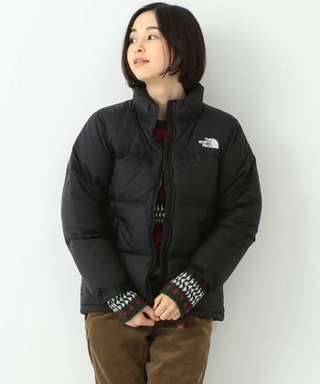 1990年代のTHE NORTH FACEを代表するヘリテージモデルであるヌプシジャケットのデザインを継承したダウンジャケット。