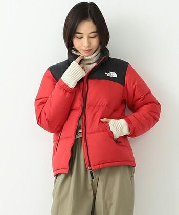 色違いのレッドもかわいくてステキですね。体はジャケットで、足元はブーティーで防寒対策バッチリです。