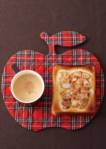 アップルパイみたい?なリンゴを使ったトーストのレシピです。味わいの決め手はナツメグ!スパイスの風味がより深みのある味わいに仕上げてくれるでしょう。あらかじめリンゴを煮ておく必要もなく、のせて焼くだけなので簡単♪