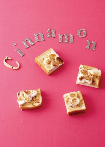 マシュマロを焼いて食べる方法はいろいろなスイーツ作りに生かされていますが、トーストにのせて焼くのもおすすめ。こちらはシナモンを使っているところもポイントです。バターの風味にこんがりマシュマロと香ばしいシナモン、想像しただけでいい香りが漂ってきそうですね。